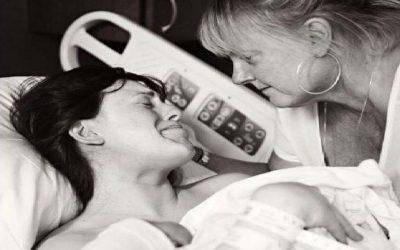 Mientras todo el mundo está viendo al nuevo bebé, la abuela está viendo a su hija.