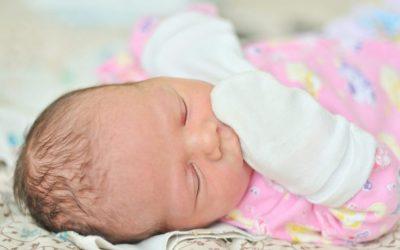 Por qué no son beneficiosas las manoplas en los bebés